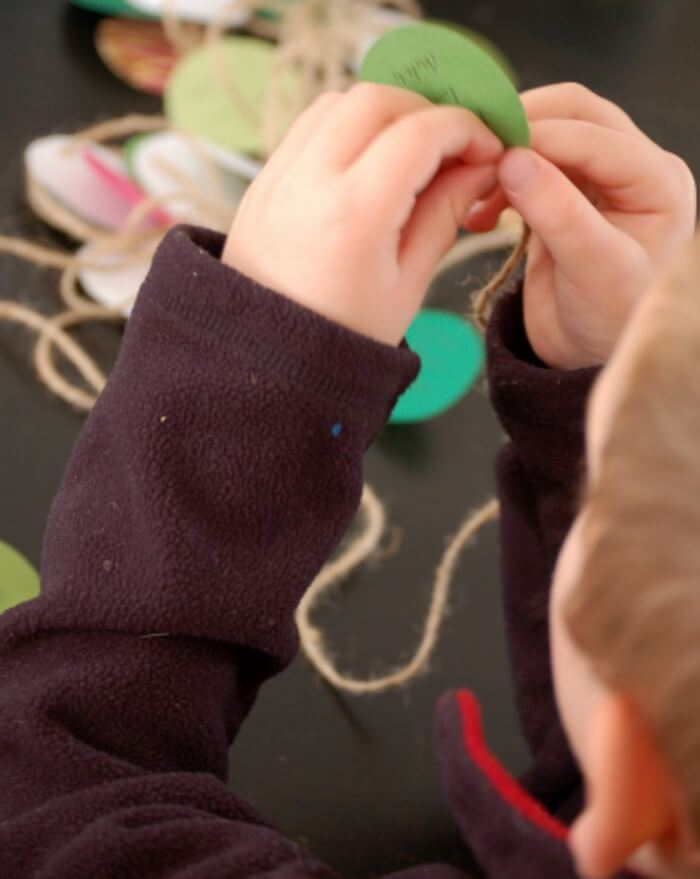 easy crafts for kids holiday garland featured1