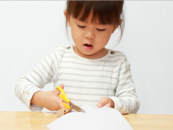 The Inspired Treehouse - These simple beginner scissor activities are great for helping young kids and kids with fine motor delays to learn how to snip paper and move scissors across paper.