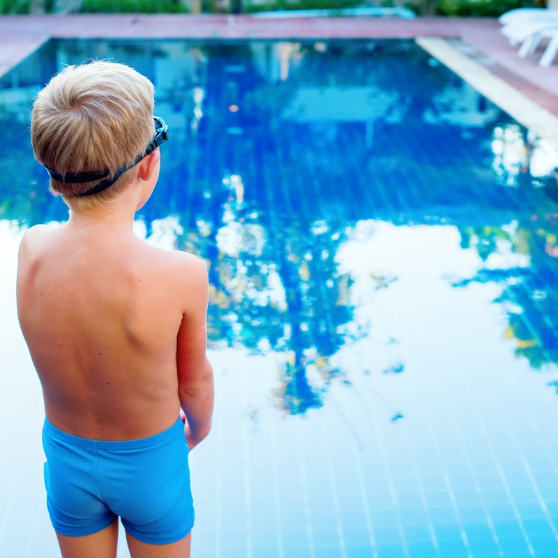 The Inspired Treehouse - Check out these 10 swimming tips for sensory kids and kids who are reluctant to get into the water.